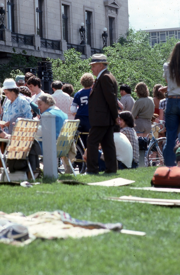 Winnipeg, Spectacle après marche désarmement devant le Parlement/Parliament Building front yard, Peace Walk after show, JuinJune 1983
